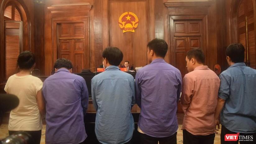 Các bị cáo nghe tòa sơ thẩm tuyên án