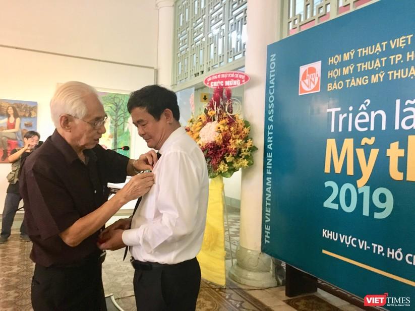 Họa sĩ Trần Khánh Chương (bên trái) - Chủ tịch Hội Mỹ thuật Việt Nam
