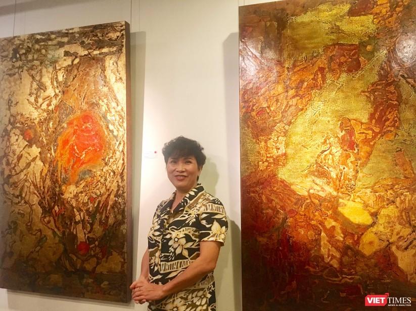 Họa sĩ Hiền Nguyễn bên các bức sơn mài trong bộ