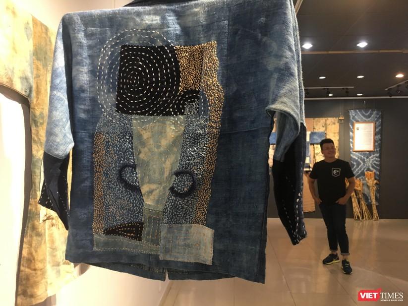 Thiết kế của Phạm Phan Hoàng Linh được làm từ vải nhuộm chàm và thêu tay truyền thống