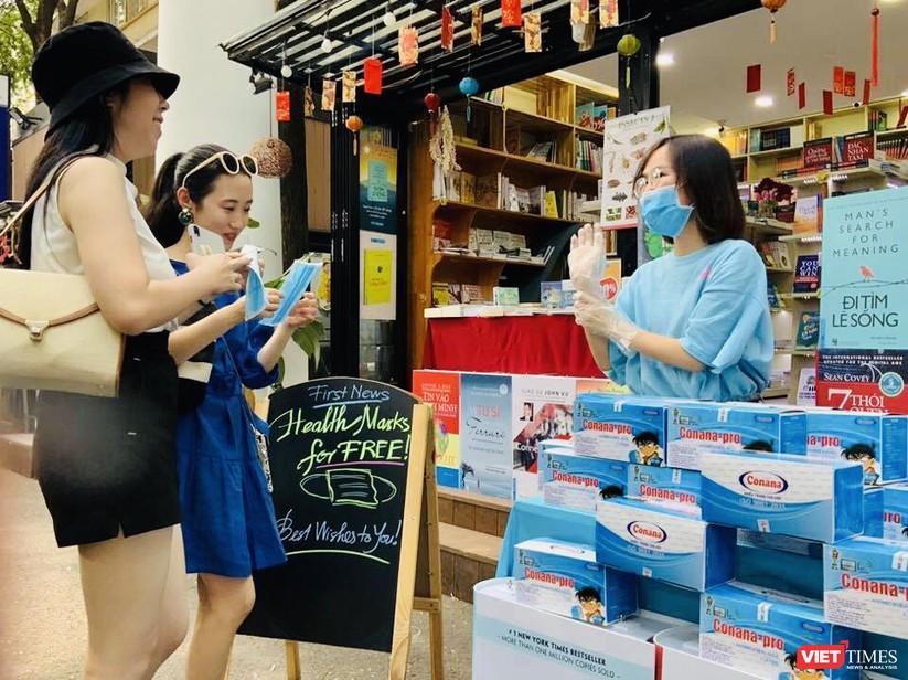 First News Trí Việt tặng 10.000 khẩu trang miễn phí tới du khách trên Đường sách