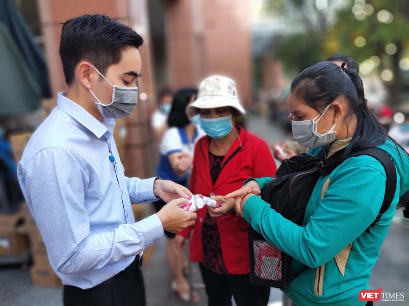 Nhân viên Phòng Công tác xã hội hướng dẫn sử dụng nước súc miệng, kem đánh răng sát khuẩn