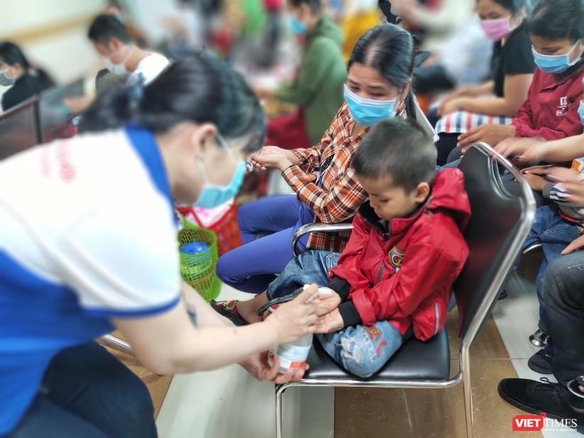 Nhân viên Phòng Công tác xã hội hướng dẫn rửa tay sát khuẩn