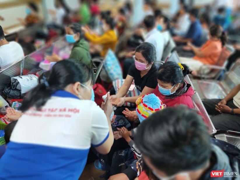 BV Đại học Y Dược TP.HCM sàng lọc virus Corona ngay tại khu vực đón tiếp bệnh nhân. ảnh 5