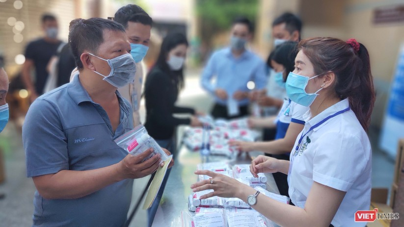 Người nhà nuôi bệnh nhận được quà tặng nước súc miệng, kem đánh răng sát khuẩn
