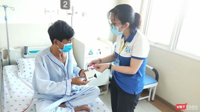 Tiến hành tặng nước súc miệng, kem đánh răng sát khuẩn vào nhiều phòng bệnh