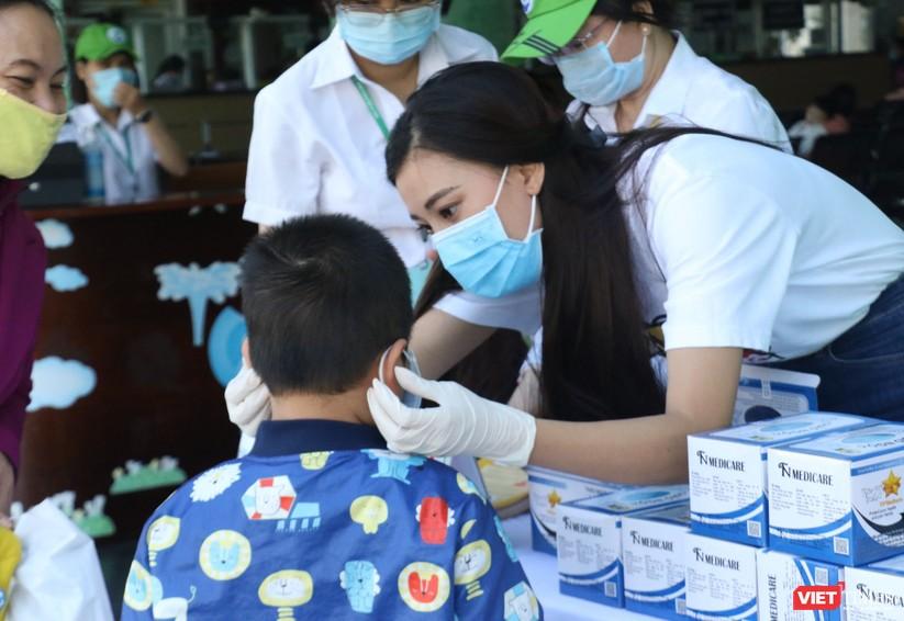 Á hậu Kim Duyên phát khẩu trang y tế miễn phí tại BV Cần Thơ ảnh 5