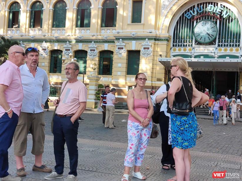 Khách du lịch không đeo khẩu trang đi lại giữa trung tâm thành phố