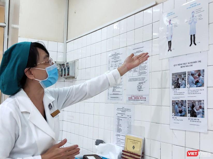 PGS.TS.BS Ngô Thị Quỳnh Lan, Trưởng khoa Răng Hàm Mặt, Giảng viên ĐH Y Dược TP.HCM đang hướng dẫn về trang phục bắt buộc
