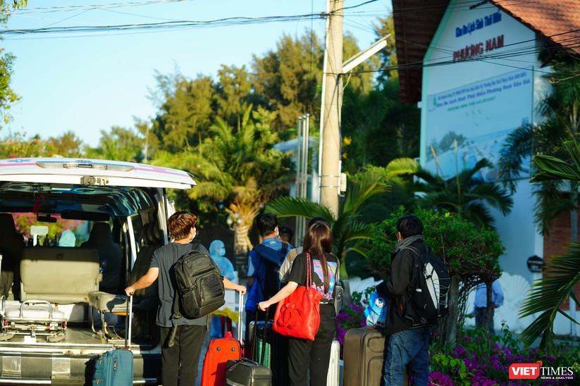 Rất đông người nhập cảnh muốn được đăng ký về các khách sạn, khu nghỉ dưỡng cao cấp dù phải trả tiền (Ảnh: Phạm Nguyễn)
