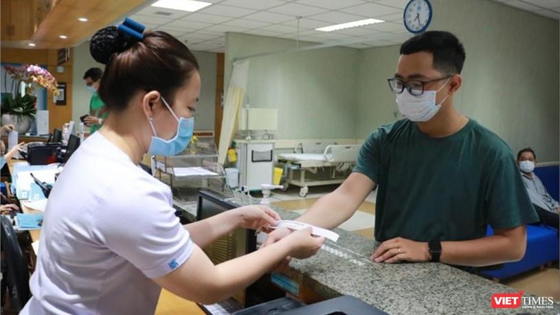 Người bệnh đeo vòng tay nhận diện sau khi đã sàng lọc