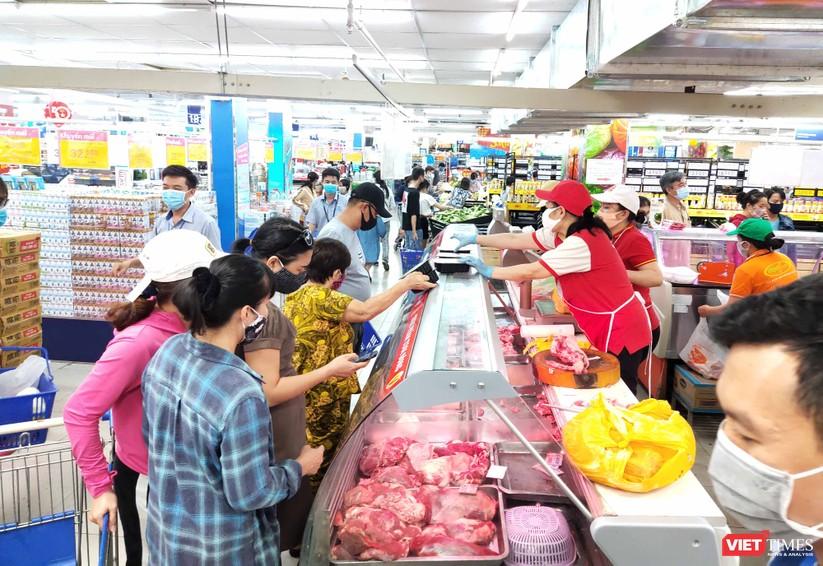 Đám đông chen lấn, xếp hàng dài trong siêu thị chiều 31/3 không thể đảm bảo khoảng cách 2m