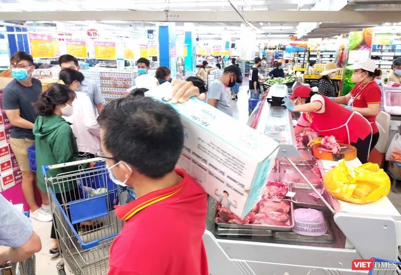 Người đi mua hàng chen nhau qua lại trong các siêu thị lớn