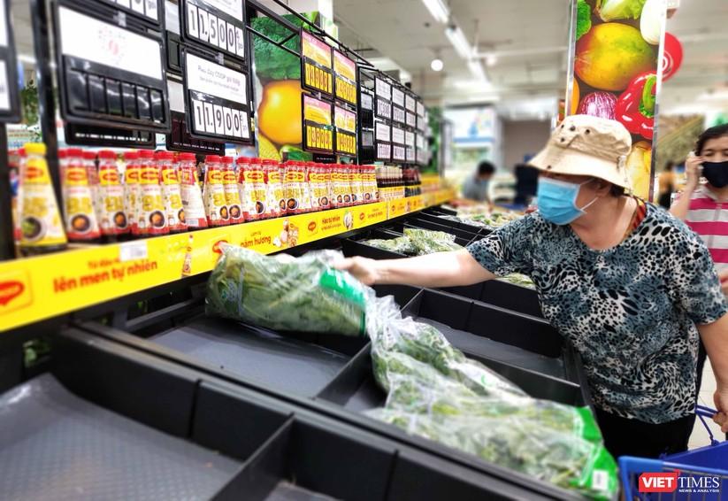 Nhiều quầy hàng bắt đầu bị trống cục bộ, người mua tần ngần chọn những mớ rau cuối cùng