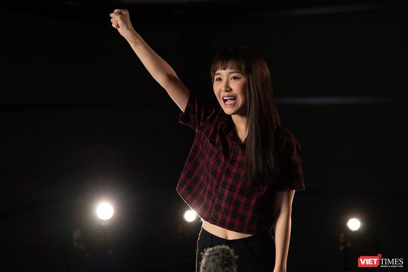 Han Sara tham gia MV cùng đồng nghiệp
