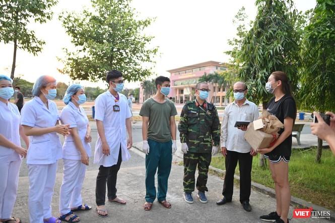 Võ Hoàng Yến đại diện trao tặng 61 triệu đồng cho cán bộ Khu cách ly