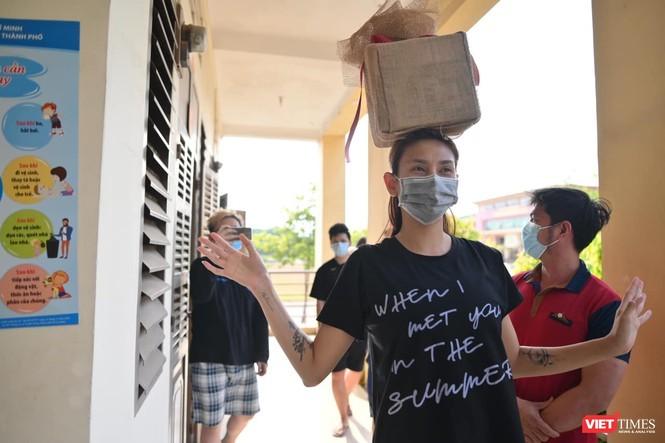 Siêu mẫu Võ Hoàng Yến gõ cửa từng phòng trong khu cách ly kêu gọi quyên góp chống dịch