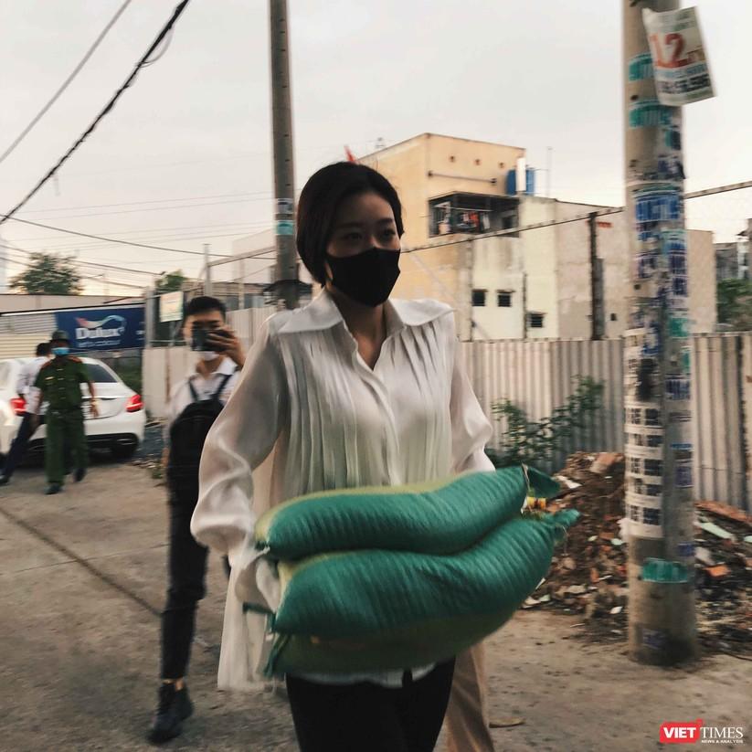 Hoa hậu Khánh Vân tận tay trao quà cho dân nghèo