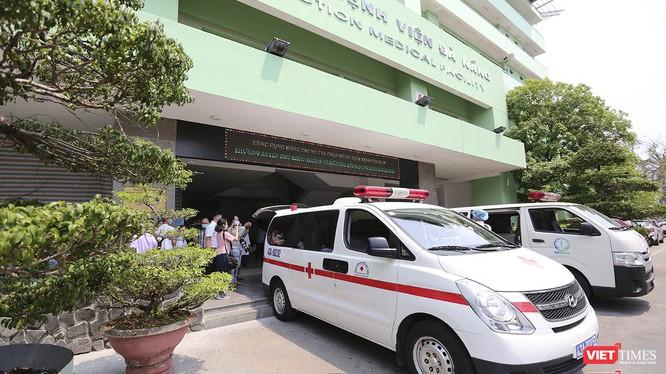 Xe đưa ca bệnh 22 xuất viện cùng 2 bệnh nhân khác hôm 27/3 tại Đà Nẵng (Ảnh: Hồ Xuân Mai)