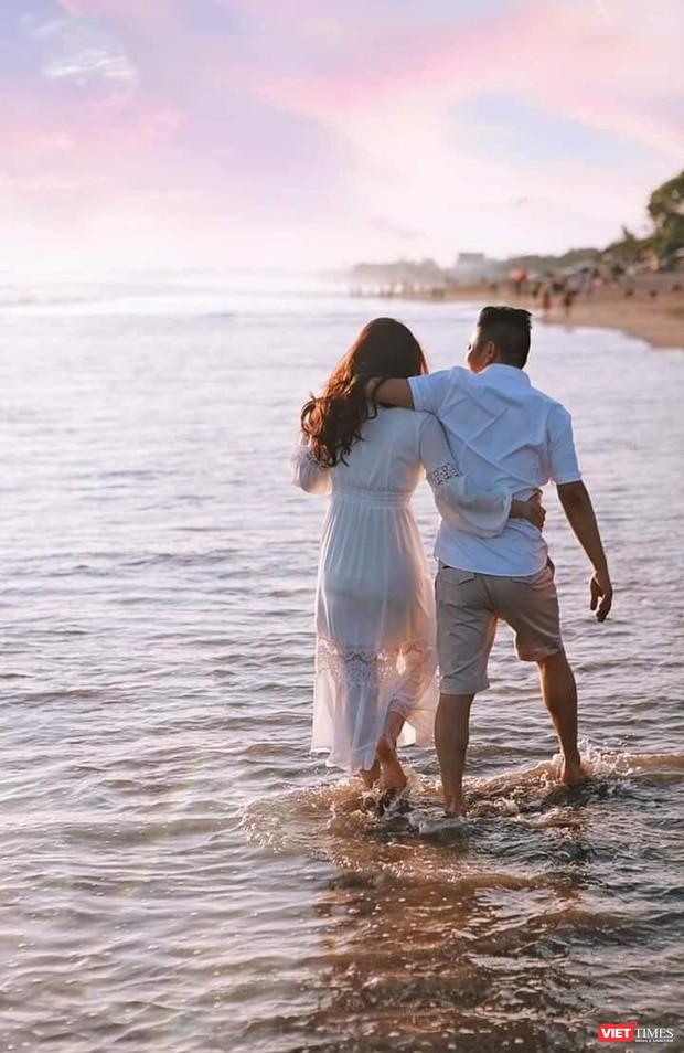 Vợ chồng Bảo Thy đi dạo biển