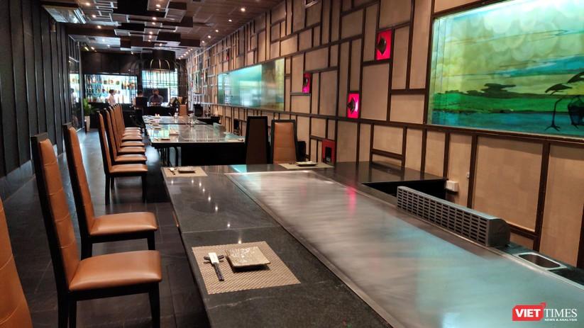 Nhà hàng Nhật trên phố Nguyễn Huệ vừa mở lại, vắng tanh chỉ có vài người khách (Ảnh: Hòa Bình)