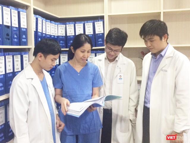 PGS.TS Vương Thị Ngọc Lan hướng dẫn các bác sĩ trẻ (Ảnh:NVCC)