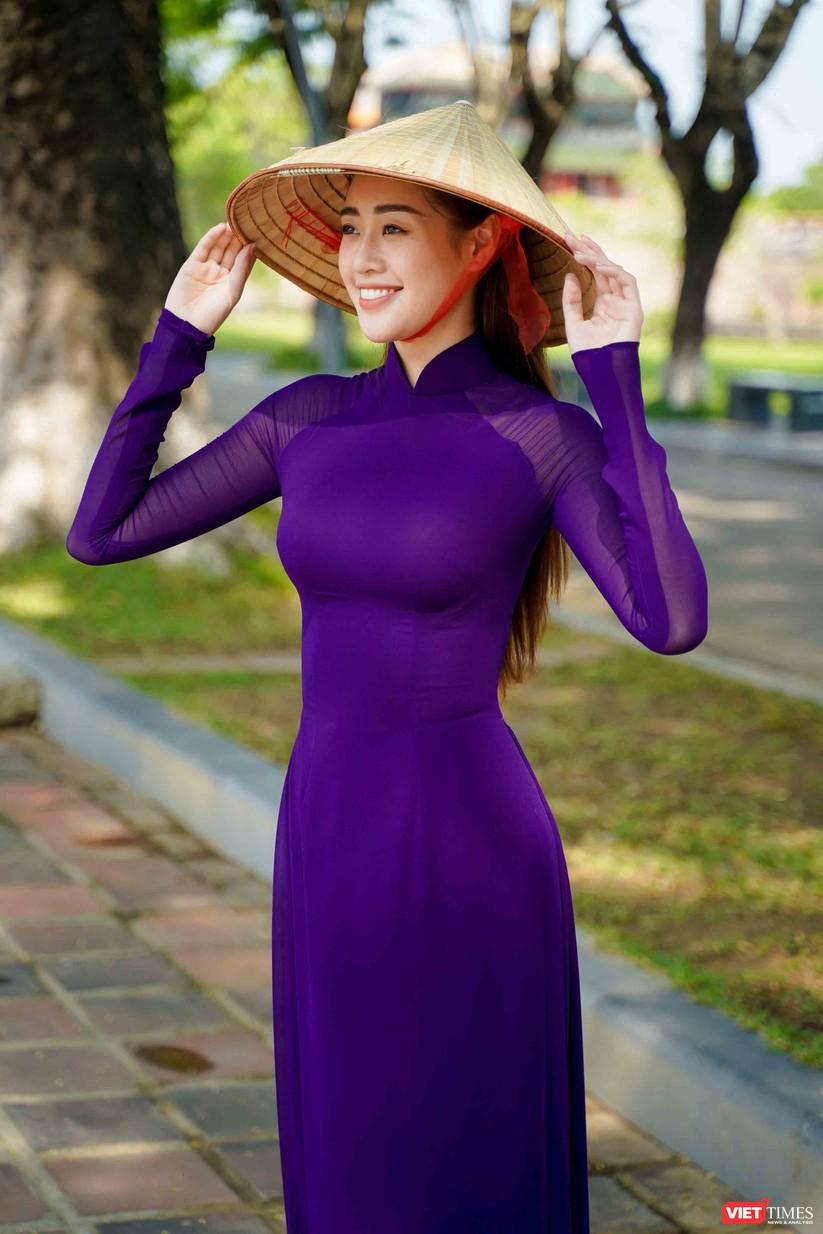 """Hoa hậu Khánh Vân bắt chước bà Tân Vlog làm video thưởng thức tô bún """"siêu to"""" ảnh 2"""