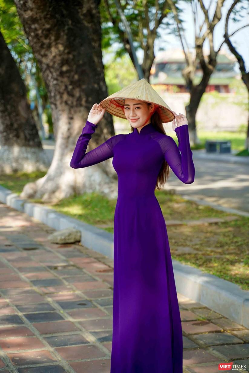 """Hoa hậu Khánh Vân bắt chước bà Tân Vlog làm video thưởng thức tô bún """"siêu to"""" ảnh 4"""