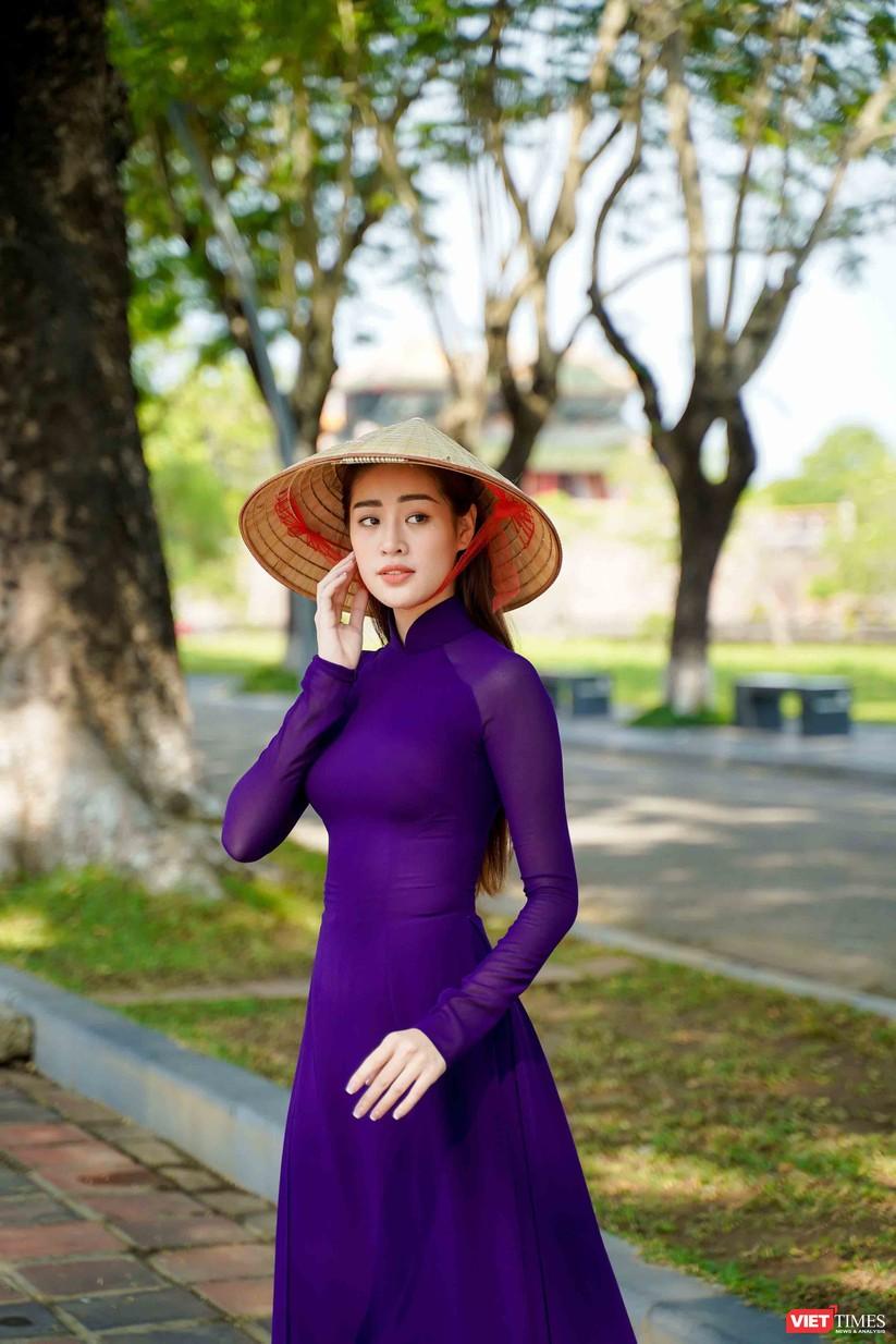 """Hoa hậu Khánh Vân bắt chước bà Tân Vlog làm video thưởng thức tô bún """"siêu to"""" ảnh 5"""