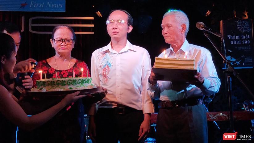 Nhạc sĩ Hà Chương thắp nến sinh nhật cùng ba mẹ