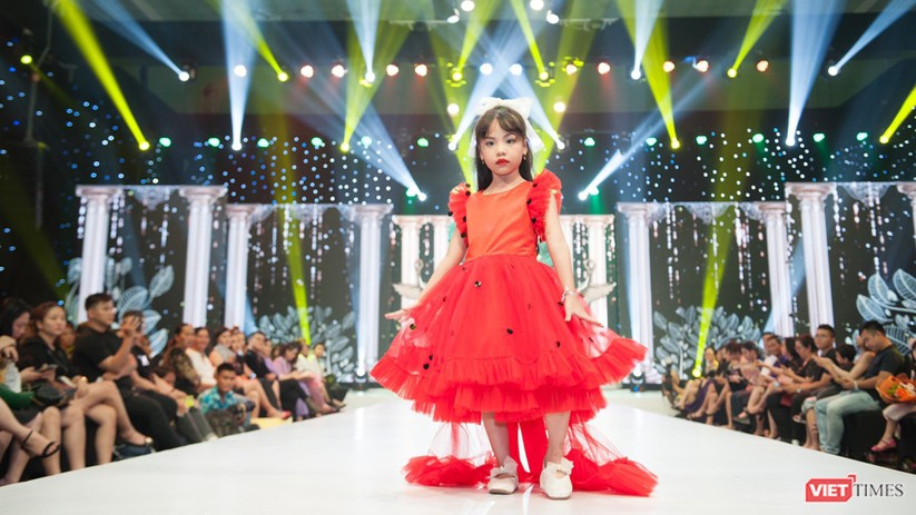 Phùng Hiểu Anh trình diễn cùng hoa hậu Tiểu Vy, đưa Lọ Lem trên mạng xuống sân khấu ảnh 2