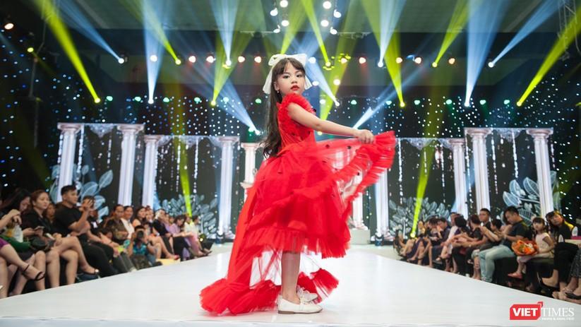 Phùng Hiểu Anh trình diễn cùng hoa hậu Tiểu Vy, đưa Lọ Lem trên mạng xuống sân khấu ảnh 3