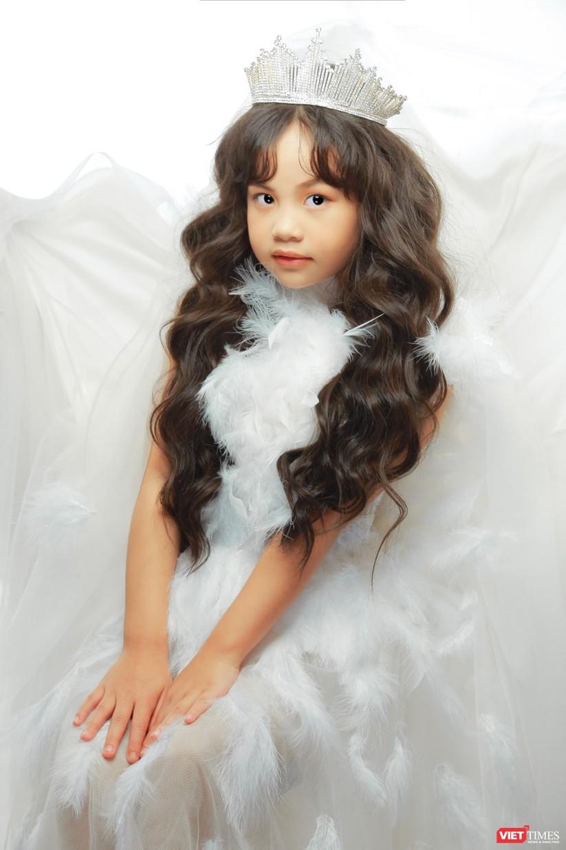 Cô bé sở hữu nét đẹp ngây thơ và những bước đi catwalk tự nhiên