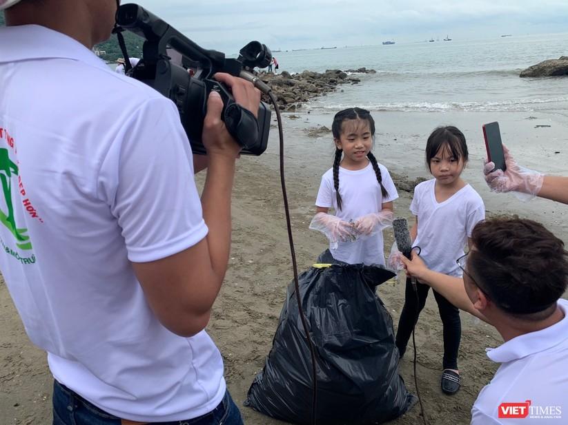 Các mẫu nhí tham gia nhặt rác trên bãi biển Vũng Tàu