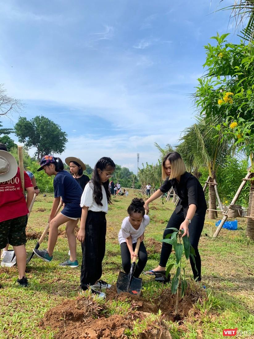 Các bé tham gia trồng cây xanh với thông điệp mong mọi người giữ gìn hệ sinh thái