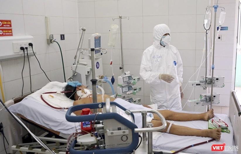 Bác sĩ đồng hành cùng bệnh nhân COVID-19 trong BV Đà Nẵng (Ảnh: Hồ Xuân Mai)