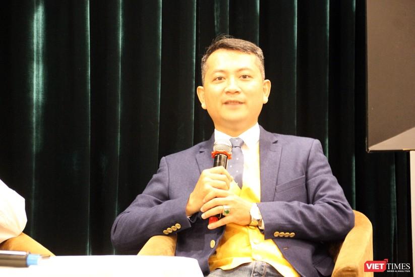 Họa sĩ Ngô Trần Vũ nói về ý tưởng gây quỹ Gieo Nhà Gặt Nhà (Ảnh: Tiểu Vũ)