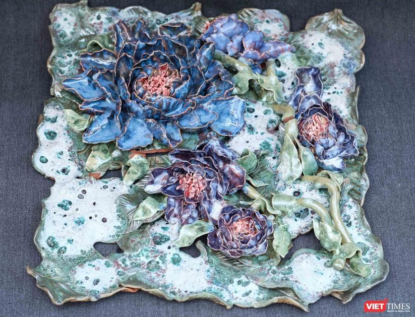 Tác phẩm tranh gốm Hoa Mẫu đơn