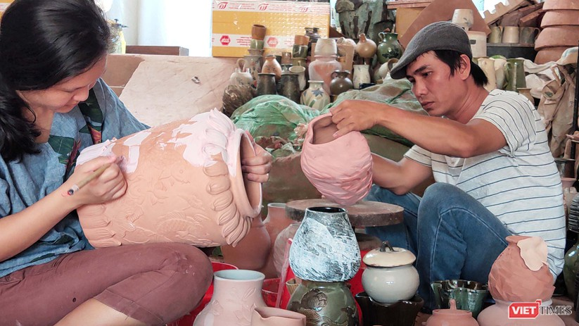 Nguyễn Thị Dũng-Ngô Trọng Văn tại lò gốm ở Thủ Dầu Một (Bình Dương)
