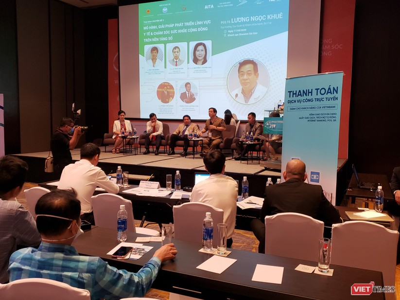 Cục trưởng Lương Ngọc Khuê và các khách mời tham gia tọa đàm trao đổi về chính phủ điện tử & giải pháp chuyển đổi số ngành y