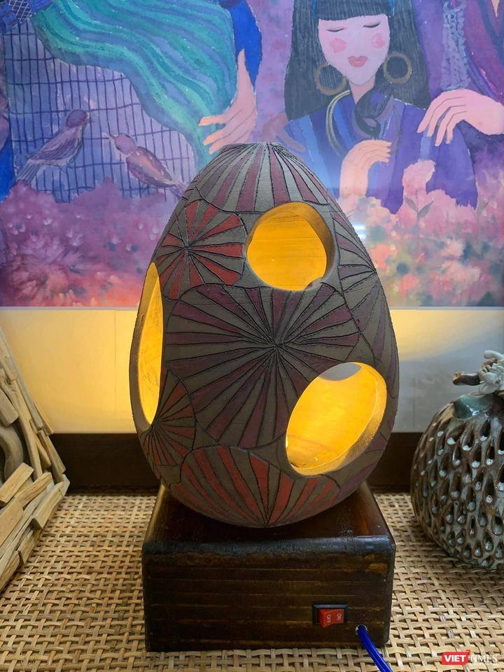 Chiếc đèn gốm, một sáng tạo của Hà Hùng Dũng