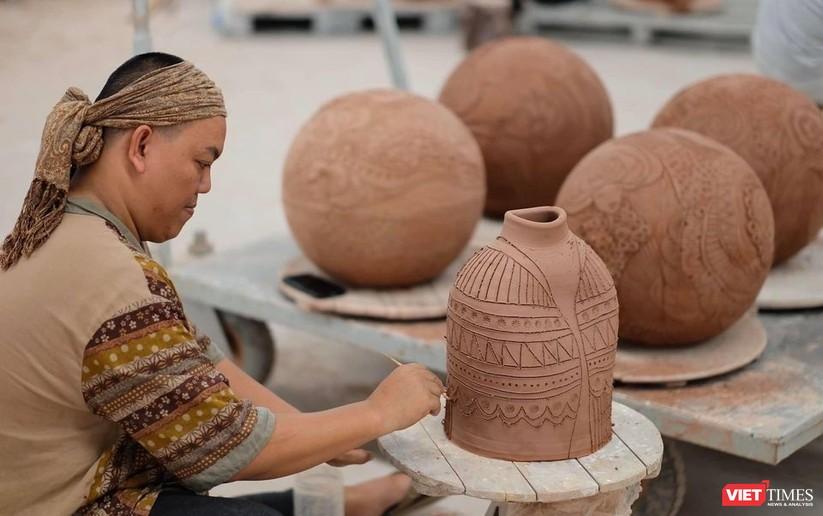 Hà Hùng Dũng trong xưởng gốm