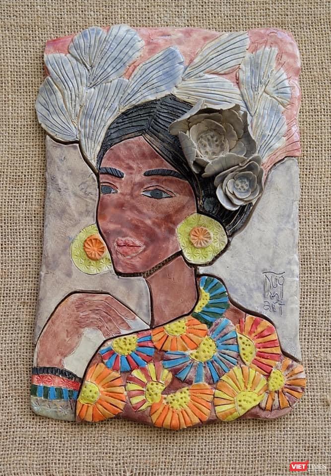 Tranh gốm của Hà Hùng Dũng thu hút với tông màu và họa tiết Sa Pa