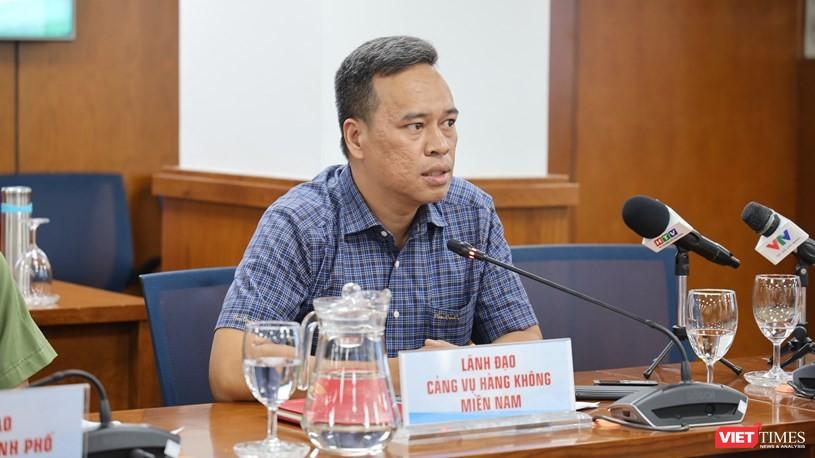 Phó Giám đốc Cảng vụ Hàng không miền Nam Đoàn Quốc Bình trao đổi tại họp báo. Ảnh- Khang Minh