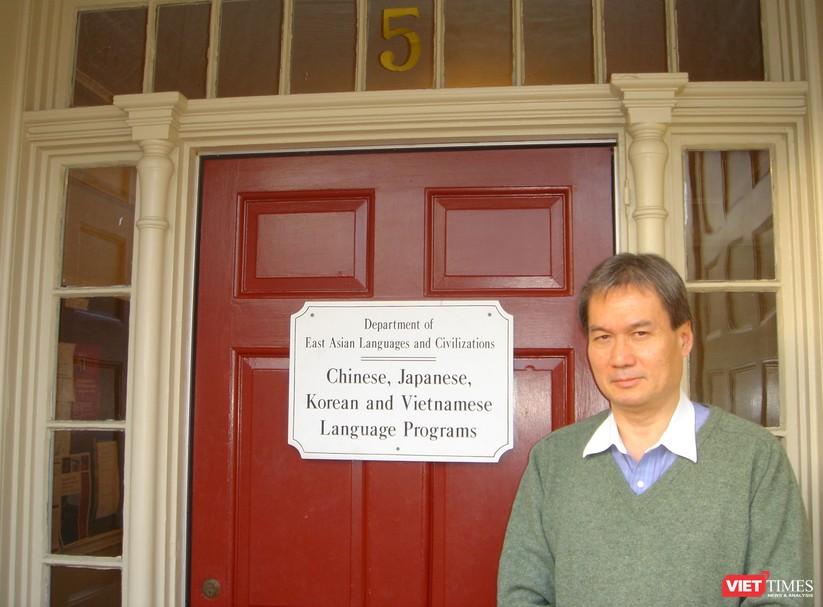 Ảnh chụp trước khu nhà các chương trình dậy tiếng, có tấm biển ghi bốn thứ tiếng theo trình tự ABC. (Ảnh: NVCC)