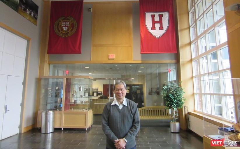 TS Ngô Như Bình vẫn đều đặn tập luyện đều đặn mỗi tuần bốn buổi tại bể bơi của trường Harvard. (Ảnh: NVCC)