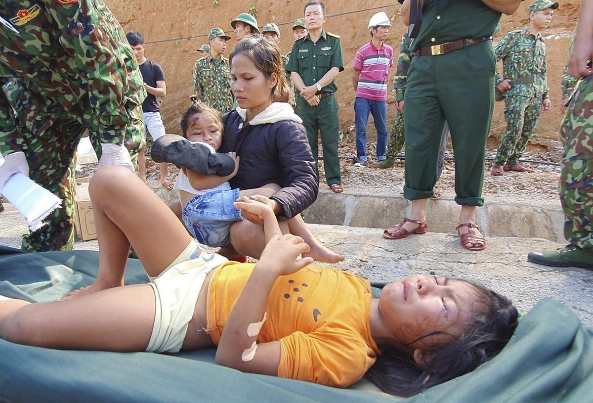 Cận cảnh cứu hộ nạn nhân sạt lở đất ở Trà Leng ảnh 19