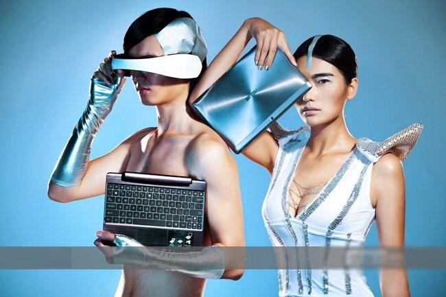 Mỹ nữ sexy tạo hình khác lạ bên tablet ảnh 5