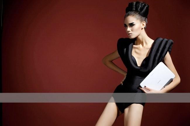 Mỹ nữ sexy tạo hình khác lạ bên tablet ảnh 6