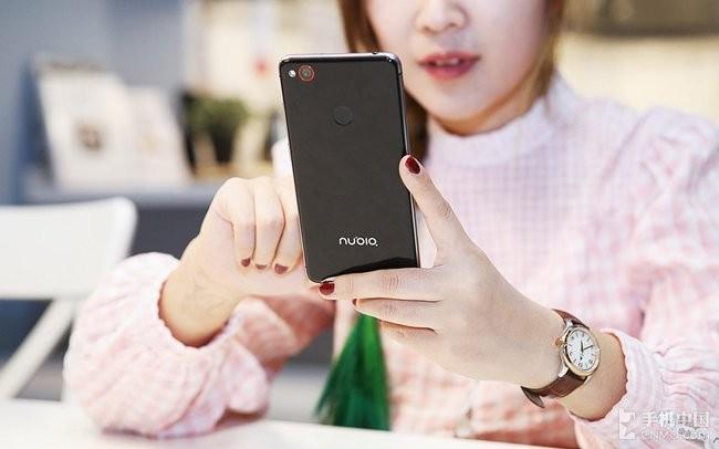 """""""Ngọc nữ"""" mang vẻ đẹp tinh khôi bên smartphone ảnh 1"""